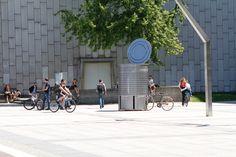 STREET FURNITURE: An XXL tin can doubling up as a storage unit for bikes: raising awareness of recycling. For more Info: http://trenntstadt-berlin.de/recyclingganzgross/ #berlin #marketing #guerrillacampaign #recyclingganzgross