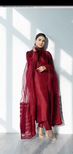 Pakistani Fashion Party Wear, Pakistani Dresses Casual, Indian Fashion Dresses, Dress Indian Style, Pakistani Dress Design, Indian Designer Outfits, Pakistani Gowns, Pakistani Designer Clothes, Beautiful Pakistani Dresses