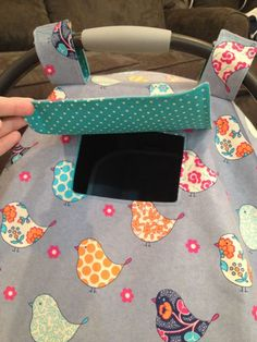 Sewing Baby DIY Car Seat Cover Tutorial with peek window! Love that it has that window to peek at the baby - DIY Car Seat Cover Tutorial! Make this adorable Car Seat Cover with this easy DIY tutorial! Diy Baby Gifts, Baby Crafts, Baby Shower Gifts, Baby Sewing Projects, Sewing For Kids, Sewing Ideas, Sewing Men, Diy Seat Covers, Diy Auto