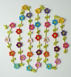 garland of flowers TeenyWeenyDesign Crochet Bunting, Crochet Garland, Crochet Flower Patterns, Crochet Flowers, Crochet Home, Crochet Crafts, Yarn Crafts, Crochet Projects, Knit Crochet