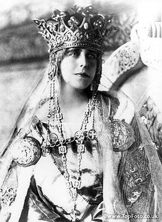 Queen Marie of Romania in Coronation dress. Ferdinand and Marie became the new King and Queen of Romania when King Carol died in Because of the war, the coronation ceremony didn't take place until October Royal Queen, Queen Mary, King Queen, Michael I Of Romania, Romanian Royal Family, Vintage Photos Women, Royal House, Royal Weddings, Royal Jewels
