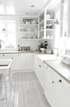 White kitchen, love the cabinets. Kitchen Inspirations, Kitchen Style, Kitchen Plans, Kitchen Interior, Home Kitchens, Shabby Chic Kitchen, Kitchen Remodel, Cottage Kitchens, White Home Decor