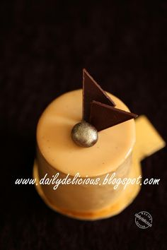 dailydelicious: Café blanc: Coffee and white chocolate entremets Saw a cooking show where the made a variety of entrements -- beautiful. Small Desserts, Mini Desserts, Plated Desserts, White Chocolate Mousse, Chocolate Coffee, Baking Recipes, Cake Recipes, Dessert Recipes, Dessert Ideas