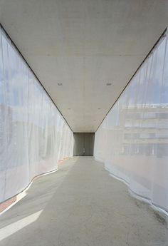 Atelier Kempe Thill Architects On pourra faire une structure pour créer un cheminement de rideaux suspendus aléatoire...