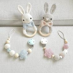 Wieder sind zwei meiner Lieblings-Sets bereit zum Auszug! Gleich gehts los!!! :-) @little_kolibri @kxrogetsfit  #häkeln #crochet #gehäkelt #rassel #hase #schnullerkette #handmade #handarbeit #baby2016 #babyboy #babygirl #mitliebegemacht