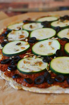 engelchens-probierstuebchen: Kartoffelteig-Pizza mit Pesto, Oliven und Zucchini