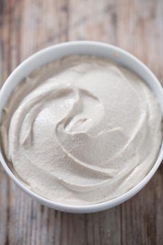 Hacer un frosting vegano y saludable es muy fácil. Se puede usar para hacer tartas, cupcakes o lo que se os ocurra. Está riquísimo, ¡no os lo podéis perder!
