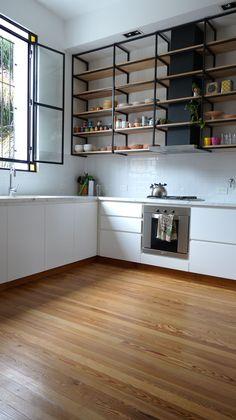 modern wooden flooring kitchen ideas to inspire you page 8 Industrial Kitchen Design, Kitchen Interior, Kitchen Decor, Home Decor Furniture, Furniture Design, Kitchen Shelves, Kitchen Living, Kitchen Flooring, Home Design