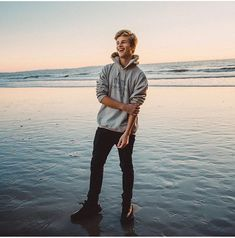 Hey... I'm Kyle Peters, I'm 17 and single. I love the beach and watching movies. I also really like big sweaters, I know it sounds weird but it's true. Anyway, come say hey