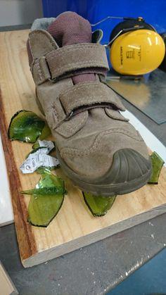 4.kokeilu: viinipullon särkeminen sirpaleiksi ja asettelu lapsen kengän alle kuvastamaan Marjukan lapsuuden ympäristön karuutta.