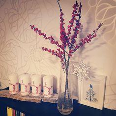 Im Deko-Fieber hab ich heute Ilex-Zweige gekauft und meine Adventskerzen schön dazu arrangiert. Schöne Holzsternchen machen das schlichte Bild noch komplett.  Wie habt ihr dekoriert?  #advent #deko #dekoration #ilex #weihnachten2017 #winter2017 #christmas #joulua