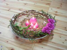Sia School: Centro de mesa perfecto para cenas. El arrglo floral está hecho en el borde del recipiente agrupando los diferentes materiales para que se aprecien mejor. En el interior velas del mismo color que las flores. Las ramas de sauce son las que hacen la estructura. Cambia el color de las flores y velas para coordinar con  el mantel etc.