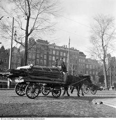 Twee inwoners vervoeren brandhout tijdens de hongerwinter, Amsterdam (1944-1945)