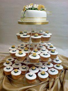 Beautifully iced and decorated cupcakes  #weddingcakes #wedddingcupcakes