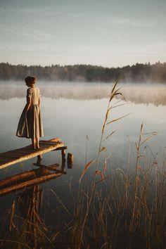 Best Ideas for photography women nature walks Photography Women, Portrait Photography, Fashion Photography, Nature Photography, Dreamy Photography, Kreative Portraits, Sunrise Lake, Poses Photo, Morning Sunrise