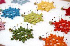 Copos de nieve de crochet o ganchillo, para decorar regalis o el árbol de Navidad