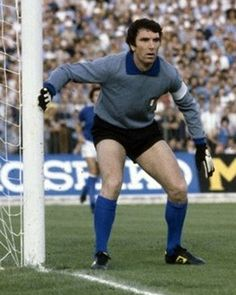 Dino Zoff, who played in four Fifa World Cup - 1974 - 1978 - with Italy. one fantastic goalkeeper. Football Icon, Best Football Players, Arsenal Football, World Football, Soccer World, School Football, World Of Sports, Sport Football, Soccer Players