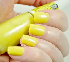 esmalte floral cítrico da impala nas unhas. Esmalte amarelo. Esmalte perolado. Esmalte impala.