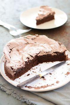 Chocolate meringue cake in french Chocolate Meringue, Meringue Cake, Best Chocolate Cake, Chocolate Desserts, Sweet Recipes, Cake Recipes, Dessert Recipes, Dessert Food, Healthy Recipes