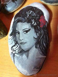 piedra pintada con acrilico  a elejir ,jose mourinho o amy winehouse