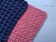 """Hæklet Karklud i sedge stitch Den er hæklet i enkelt bomuldsgarn 8/4 på nå nr. 3 Der er brugt ca. 50 g. pr klud Mål 28×28 cm Den er hæklet i mønsteret sedge stitch, som du finder en guide på her Mønsteret er deleligt med 3+2 Start med at slå 68 luftmasker op. I 3 lm, fra nålen hækles nu 2 stangmasker, spring 2 luftmasker over og hækl """"1fm, 2 stgm"""" i næste maske. """"Spring 2 lm over, hækl 1fm, 2stgm i næste"""" Gentag rækken ud indtil du har 2 lm tilbage. Spring 1 lm over og hækl 1 fm i"""