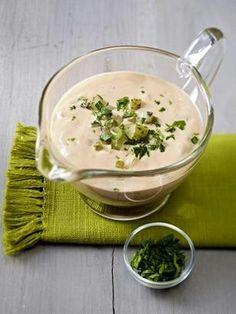 Das Rezept für Salat-Dressing mit Dickmilch, Ketchup, Salzgurken und Kräutern und weitere kostenlose Rezepte auf LECKER.de