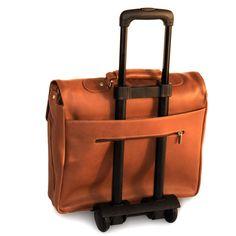 Ein verstärkter Boden und Metallfüßchen sorgen dafür, dass die Laptoptasche unterwegs ohne Schaden auf dem Boden abgestellt werden kann, ein längenverstellbarer, abnehmbarer Schulterriemen erleichtert das Tragen. Im Steckfach auf der Rückseite der Ledertasche kann nicht nur die Zeitung schnell verstaut werden, bei Bedarf lässt sich hier auch ein Trolley-Griff durchschieben. Elegante Aktentasche von Jah-Tasche bis 15,6 Zoll, aus Leder, Cognac-Braun, Modell 750. 159,00 €