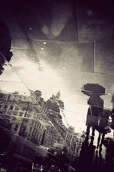 """Segundo o fotógrafo, o projeto - que durou dois meses - foi feito pensando em tornar os """"duros"""" londrinos em turistas em sua própria cidade. """"Se chove o suficiente, você não consegue deixar de notar que existe uma Londres paralela sob seus pés"""""""
