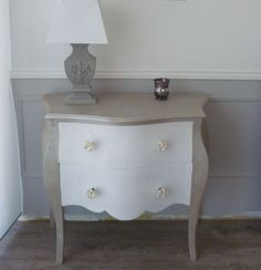 Commode LOUIS XV bicolore blanc- effet métal Commode Louis Xv, Decoration Baroque, Muebles Shabby Chic, Living Room Kitchen, Cubes, French Country, Painted Furniture, Nightstand, Table