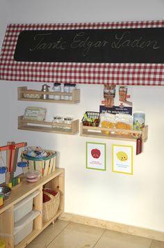 """Der """"Tante Edgar Laden"""" für die Flurniesche vorm Kinderzimmer mit süßen selbstgebastelten Kaufladen-Utensilien von raumdinge.blogspot.com"""