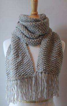 Quick knit scarf pattern using a simple seed/moss stitch. Here's a great free knitting pattern for a seed stitch scarf if you'd like to learn how! Moss Stitch, Seed Stitch, Baby Knitting Patterns, Kids Knitting, Knitting Scarves, Knit Scarf Patterns, Knitting Needles, Finger Knitting, Knitting Machine