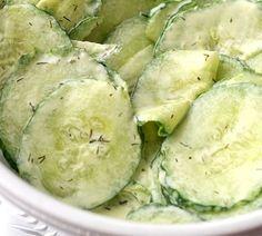 Deze frisse komkommersalade doet het bijzonder goed bij een barbecue of stukje vlees uit de oven, maar kan ook goed op een sneetje brood worden gegeten.