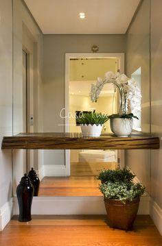 Mesmo que você não tenha este espaço em casa, em apenas uma parede, é possível resolve a decoração do hall, defina visualmente o ambiente...