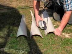 How To Make Homemade PVC Wind Turbine Blades DIY. First you need a pvc pipe should have a diameter of 10 cm. One pipe can make four blades. Wind Power Generator, Solar Generator, Homemade Wind Turbine, Solaire Diy, Solar Power Facts, Alternative Energie, Blowing Wind, Solar Power Panels, Solar Energy System