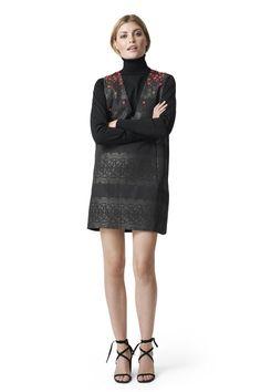 Kort shift kjole med dyb v-udskæring og smukt  perlebroderi. <br /><br />Modellen er 175cm høj og iført en  størrelse small/ 36.