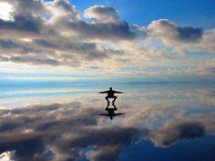 Sapete che esiste un posto nel mondo in cui il cielo e la terra si incontrano? Siamo in Bolivia, tra..