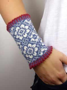 Knitting Patterns Mittens Various colored, elaborately hand-knitted (Fair Isle) wrist warmers made of pure new wool. Fair Isle Knitting, Hand Knitting, Knitting Patterns, Hand Embroidery Patterns Flowers, Embroidery On Clothes, Fair Isle Pattern, Wrist Warmers, Knit Mittens, Embroidery Techniques