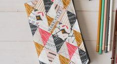 Invista em capa de caderno com retalhos de tecido para proteger seu caderno e ainda decorá-lo. Apost