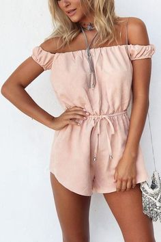 We will be jealous of your gorgeous look because of your this pink drawstring waist strapless open back playsuit with slim chain tassel bag and a pair of vintage flat sandals. And the playsuit is made of the lightweight fabric for getting rid of the hot summer.