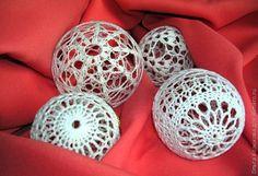 Добрый день. Еще одна идея в новогоднюю копилку ажурные елочные шары связанные крючком. Нужна пряжа типа ириса хлопок или акрил крючок 1 5 или 2 воздушные шарики клей ПВА или крахм...