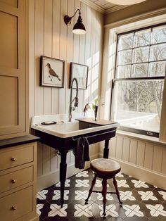 Lavabo Vintage, Colonial Home Decor, Farmhouse Living Room Furniture, Beautiful Bathrooms, Timeless Bathroom, Bathroom Interior Design, Cozy House, Decoration, House Tours