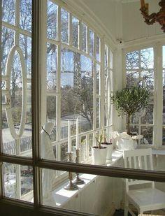 Solen skiner och det är ett underbart väder och vi är inne! Lillkillen har fortfarande vattkoppor, elak hosta, nässelutslag plus kräkningar... Swedish House, Old Houses, My Dream Home, Home Projects, House Tours, Porch, Villa, New Homes, Windows