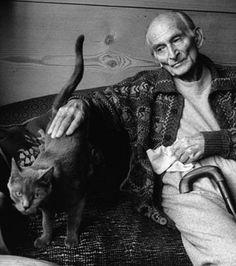 Le peintre Balthus caressant ici un de ses chats