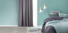 Blauwgroen zorgt voor rust in de slaapkamer. Stem je wand op je slaapkameraccessoires af voor een mooi geheel. #slapen #slaapkamer #slaapkamerinspiratie #verf #kwantum