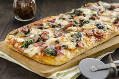 Chicken, bacon, spinach and mushroom pizza Pizza Snacks, Pizza Recipes, Chicken Recipes, Cooking Recipes, What's Cooking, Turkey Recipes, I Like Pizza, New Pizza, Pizza Buns