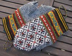 Baritono's BALTIC - Mittens in twined knitting Knit Mittens, Knitted Gloves, Knitting Socks, Hand Knitting, Knitting Charts, Knitting Stitches, Knitting Patterns, Crochet Patterns, Wrist Warmers