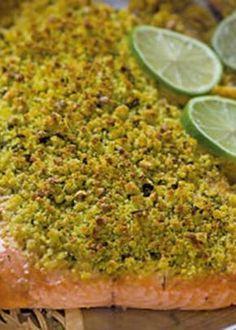 Lombo de salmão marinado com crosta de broa e ervas aromáticas