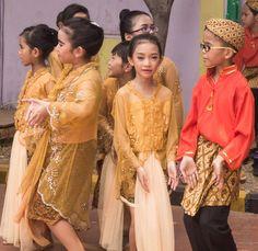 "Javanese ""Manuk Dadali"" dancers costume...the best dancer i see."