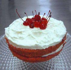 Torta de Red velvet rellena de crema chantilly y cerezas