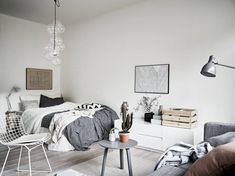 Compacte studio met Scandinavisch interieur en fijne accessoires Compact studio with Scandinavian in Room Inspiration, Interior Inspiration, Scandinavian Bedroom Decor, Deco Studio, Studio Apt, Student Room, Studio Apartment Decorating, Deco Design, Design Studio